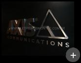 Letreiro da Empresa Axis: Letras e logotipo em formato de triângulo produzido em aço inox escovado