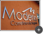 Fabricação e instalação do letreiro de inox escovado para corretora de seguros Modena