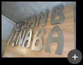 Fabricação do letreiro de aço inox escovado com letra caixa alta para a loja de móveis infantil da Angelina Baby