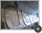 Produção do letreiro com letras e logotipo para a Deca