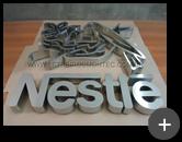 Confeccção das letras e logotipo em aço inox escovado para a indústria Nestlé