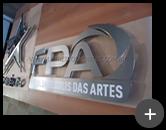Letreiro de aço inox com acabamento escovado para o colégio Polis e Faculdade Polis das Artes completo com logotipo e letras