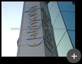 Letreiro aço inox escovado produzido e instalado na posição vertical para empresa Carmona