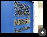Letreiro em aço inox escovado com alto brilho nas letras e logotipo, trazendo requinte e sofisticação para a indústria Nestlé