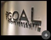 Letreiro para empresa de finanças em aço inox escovado instalado em ambiente interno