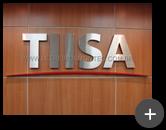 Letreiro instalado em ambiente interno, fabricado em aço inox escovado para empresa Tiisa