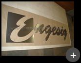 Letreiro com letras com formato manuscrito fabricado em aço inox escovado para empresa Engesig
