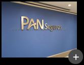 Instalação do letreiro em aço inox escovado em ambiente interno para a empresa Pan Seguros