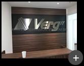Empresa Verg : Letreiro instalado em local interno de aço inox escovado