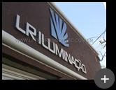 Letreiro com letras em aço inox escovado com logotipo caracterizado conforme a comunicação visual da LR Iluminação