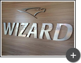Letreiro da Wizard produzido em aço inox escovado