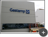 Finalização da instalação do letreiro da fachada da indútria de auto peças da Gestamp
