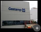 Letreiro da indútria Gestamp instalado na fachada de aço galvanizado com pintura