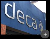 Letreiro instalado na fachada da indústria Deca de inox escovado