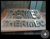 Produção das letras de aço inox para indústria Thermec