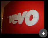 Letra caixa alta em aço galvanizado para o escritório da empresa Vevo