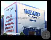 Instalação na fachada da escola Wizard, letras galvanizadas com pintura e tratadas na cor azul