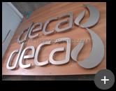 Letra caixa com logotipo da Deca finalizada em aço inox escovado prontas para a instalação na fachada da indústria Deca