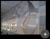 Logotipo e letras da Deca sendo fabricadas em aço inox com acabamento escovado