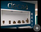 Instalação das letras de inox polido para Deca Hidra com alto brilho refletivo em ambiente interno