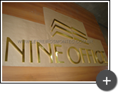 Letra caixa de latão na cor dourada para o edífíco comercial Nine Office