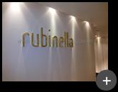 Letras caixa em latão dourado instaladas na loja de roupas moda feminina da Rubinella, trazendo elegância e sofisticação ao ambiente