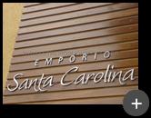 Empório Santa Carolina - Letreiro galvanizado instalado sobre a superfície de madeira