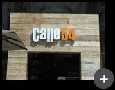 Letreiro para o restaurante Calle54 produzido em aço galvanizado nas cores branca e laranja