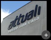 Letreiro Attuali instalado na fachada em aço galvanizado