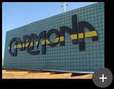 Letreiro Carmona com pintura na cor cinza e listra amarela em aço galvanizado