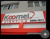Letreiro da empresa Koomei Lighting de aço galvanizado e logotipo inovador em formato de lâmpada - empresa do setor de iluminação