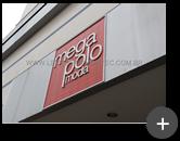 Letreiro da loja de roupas Mega Polo Moda do Brás produzido em aço galvanizado - Vista lateral
