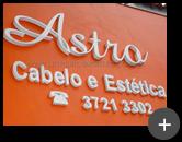 Letreiro instalado na fachada do salão da Astro Cabelo e Estética