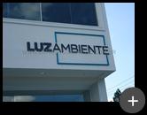 Letreiro de aço galvanizado com letra caixa alta na cor azul para empresa Luz Ambiente