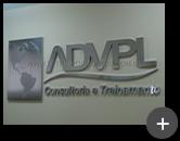 Letreiro de aço inox com acabamento em alto brilho polido para empresa ADVP - Consultoria e treinamento com o logotipo inovador com o desenho do mapa mundi