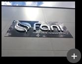 letreiro com letra de aço inox com o logotipo em formas geométricas da empresa Fani - Metais e Sanitários