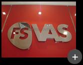 Letreiro da empresa FS VAS com logotipo com letra vazada fabricado em aço inox e acabamento polido