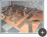 Fabricação do letreiro da imobiliária com letras de aço inox polido