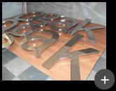 Fabricação das letras de aço inox polido para o letreiro com alto brilho