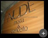 Letreiro de aço inox para empresa Nude Moda & Conceito com alto brilho refletivo nas letras