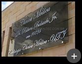 Letreiro instalado na fachada da Clínica Médica de Cardiologia, produzido em aço inox polido
