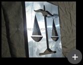 Letreiro com formato de desenho representado o símbolo da justiça , produzido com material nobre de aço inox polido