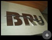 Letreiro fabricado em aço inox polido para empresa - BRU