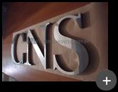 Letreiro da loja CNS Calçados com letras de inox polido sendo fabricadas