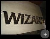 Letreiro em aço inox polido em alto brilho refletivo para Escola de Idiomas Wizard