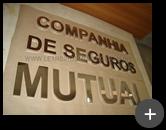 Letreiro da Companhia de Seguros Mutual produzido com material de alto brilho refletivo de inox polido