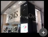 Letreiro de inox polido instalado na fachada da loja CNS calçados do Shopping