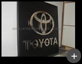 Letreiro fabricado para Toyota com material nobre em aço inox polido