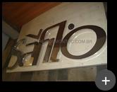 Letreiro da empresa Safilo, fabricante de óculos, produzido em aço inox transmitindo sofisticação no ambiente