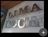 Letreiro com letra caixa alta em alto brilho refletivo de aço inox polido para a loja Lima Doce
